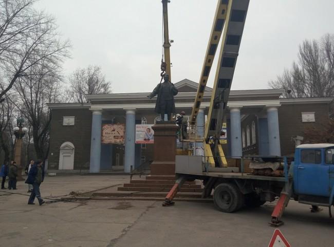 ФОТОФАКТ: В Запорожье сносят памятник Кирову возле одноименного ДК
