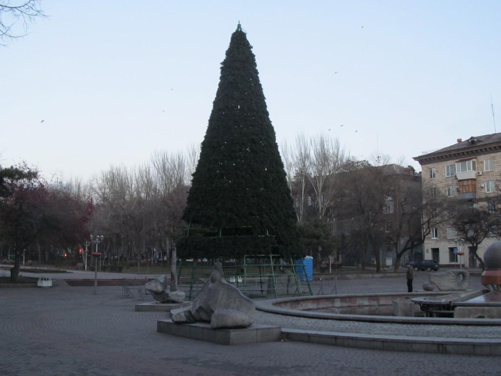 ФОТОФАКТ: на площади Маяковского новогодняя елка оказалась с «дырками»