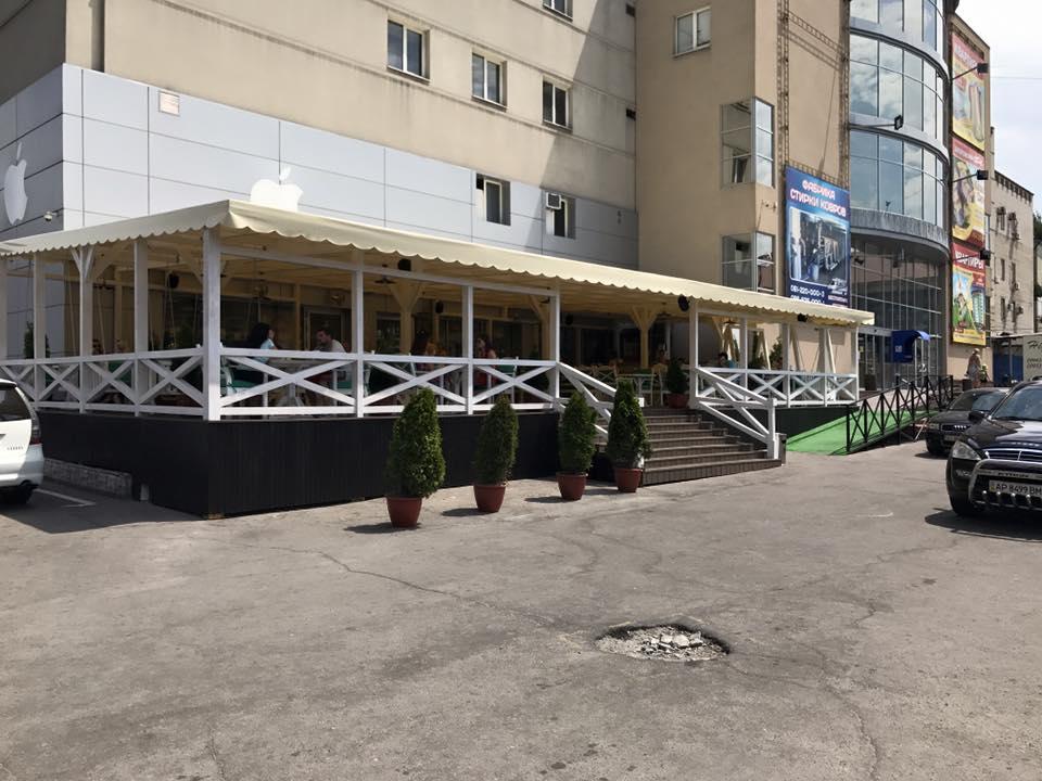 Летний эпатаж и заказ: запорожский депутат-ресторатор объяснил скандал вокруг летней площадки