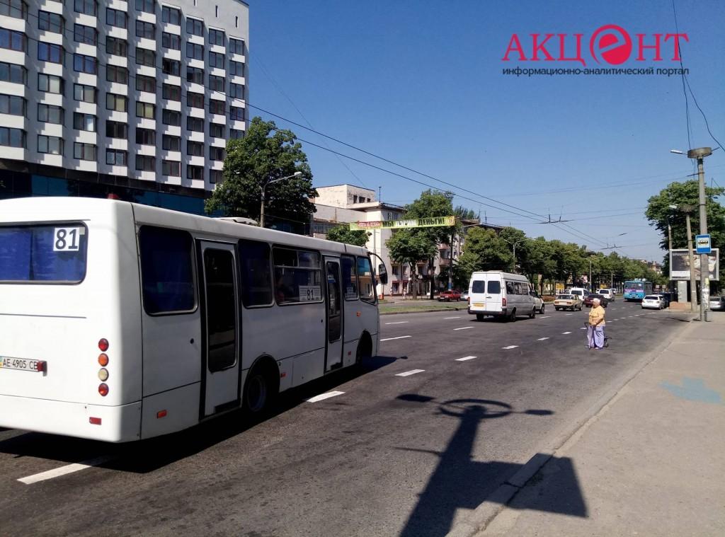 В Запорожье на популярном маршруте временный перевозчик смог выставить всего 1 автобус (ФОТО, ВИДЕО)