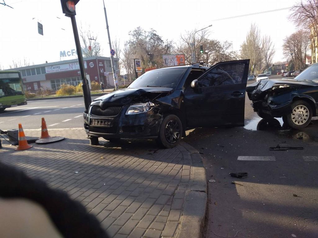 ФОТОФАКТ: в Запорожье на центральном проспекте «БМВ» и «Шкода» не поделили светофор
