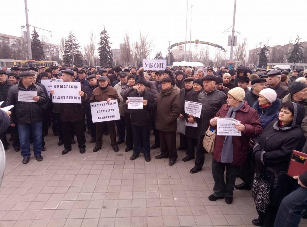 «У них пенсия пять-семь тысяч, а у нас две»: в Запорожье пенсионеры МВД вышли на акцию протеста (ФОТОРЕПОРТАЖ)
