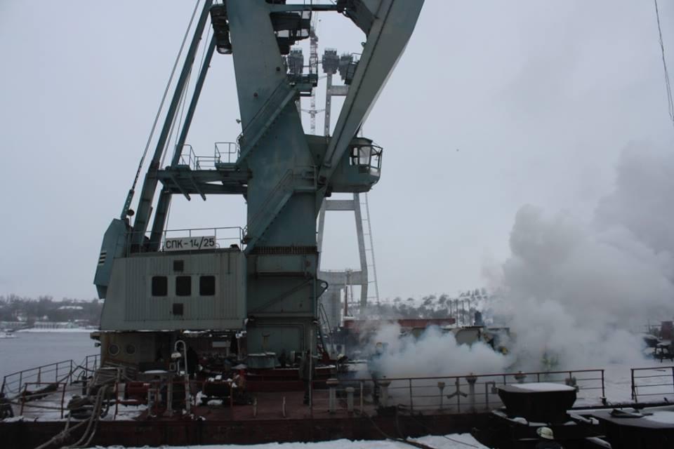 В Запорожье на недостроенных мостах загорелся кран (ФОТО)