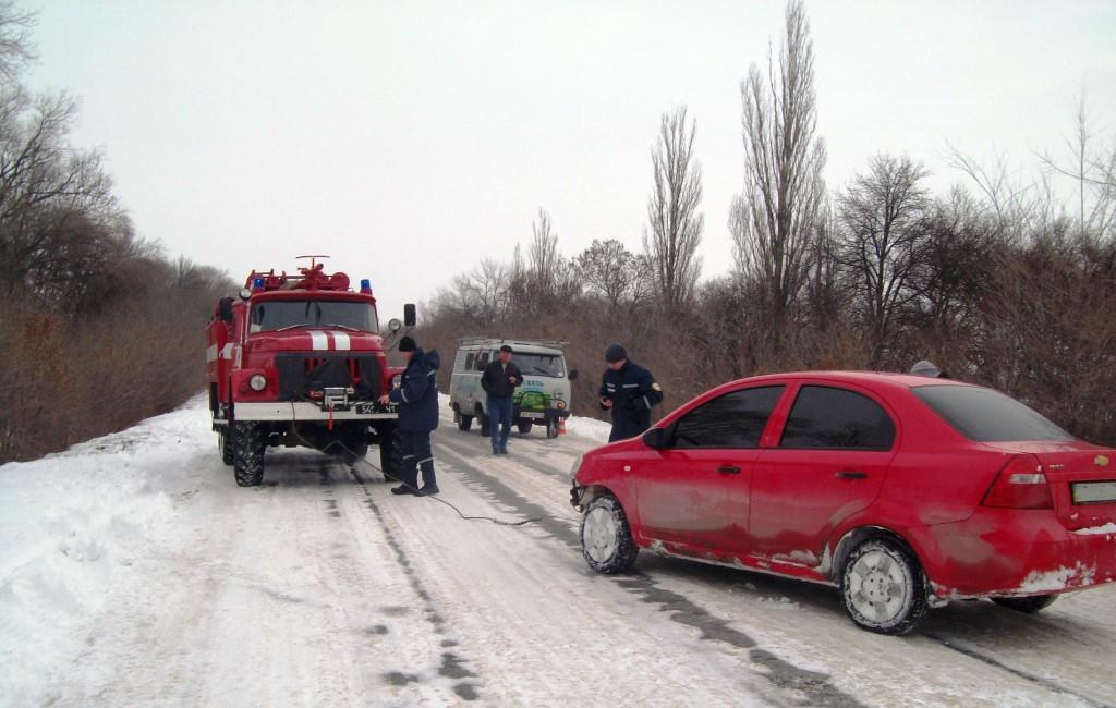 В Запорожской области из снежной ловушки бойцы ГСЧС спасли более 20-ти авто (ФОТО)