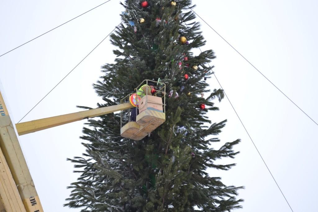 На площади Фестивальной разобрали главную елку Запорожской области (ФОТО)