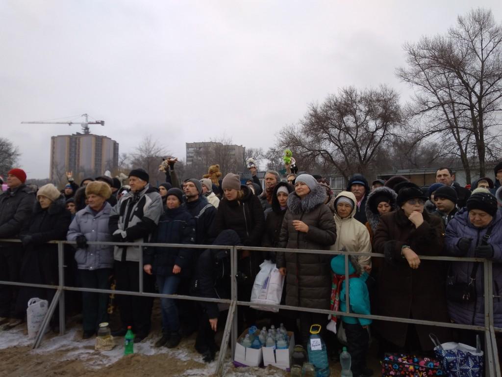 Запорожские активисты принесли Луке игрушки во время обряда Крещения (ФОТО)