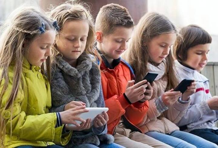 Телефоны в школах у детей: спокойствие или тревога родителей?