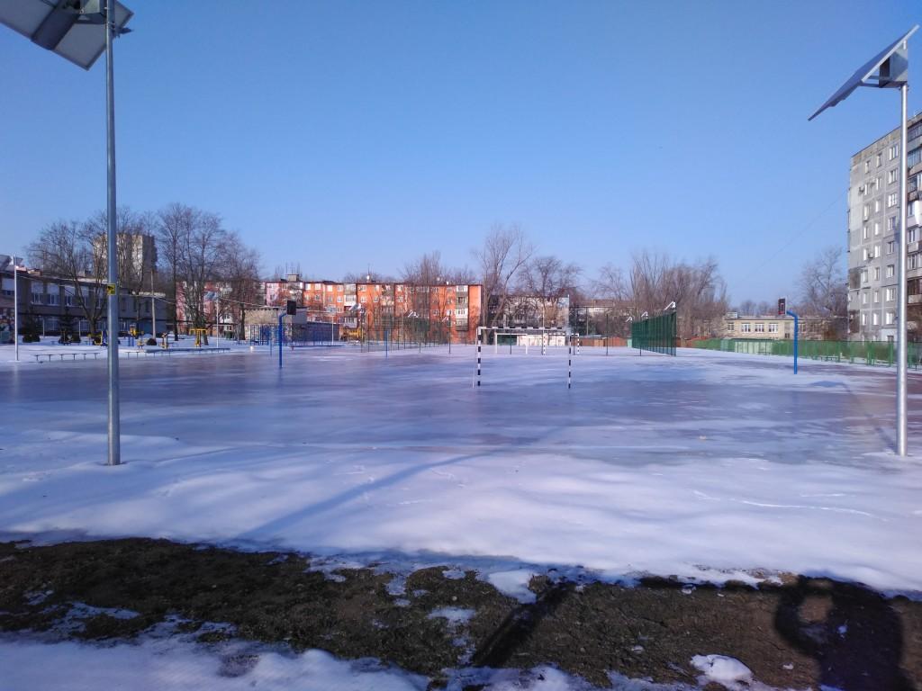 В Запорожье новый школьный стадион превратился в ледовую арену (ФОТО)