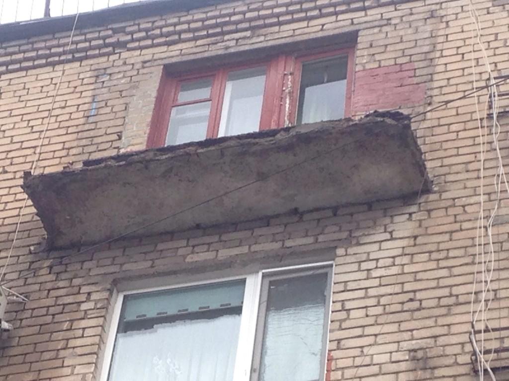 Спустя 2 года в центре Запорожья демонтировали едва не рухнувший балкон (ФОТО, ВИДЕО)