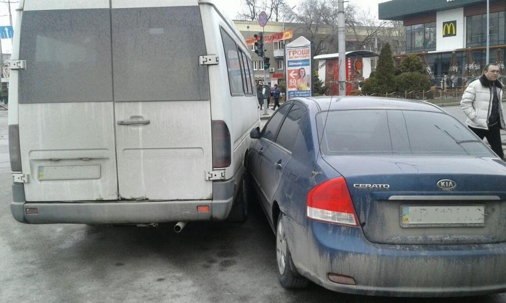 В Запорожье ДТП с участием маршрутки: водитель лишился прав (ФОТО)