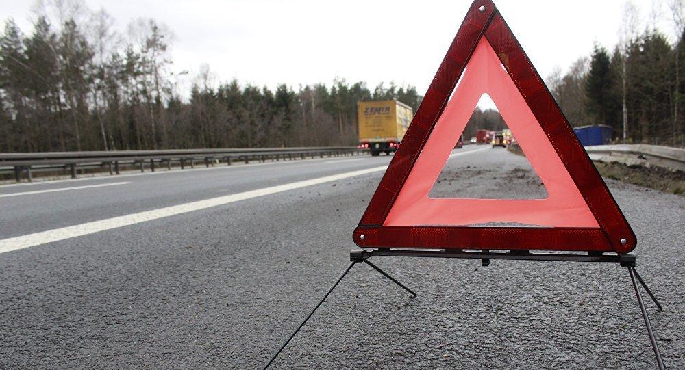 В Запорожье столкнулись два авто: одна из легковушек перевернулась на крышу (ФОТО)