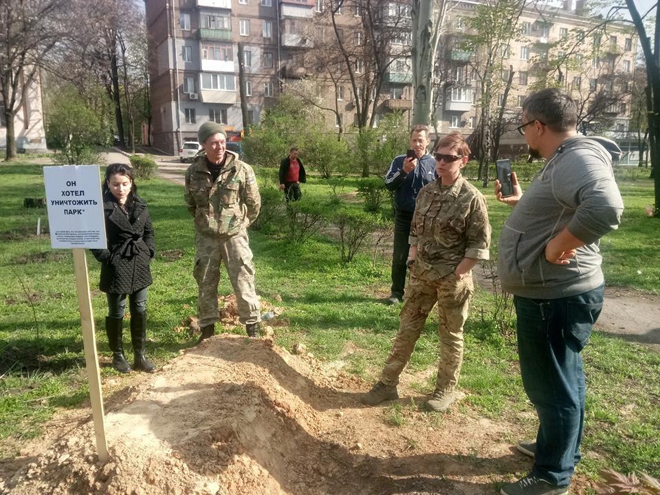 «Он хотел уничтожить парк»: в центре Запорожья соорудили «могилу» (ФОТО)