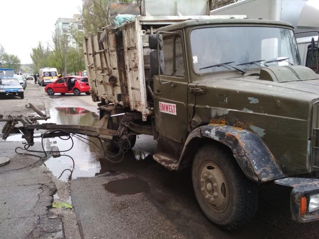 В Запорожье произошло смертельное ДТП с участием мусоровоза (ФОТО)
