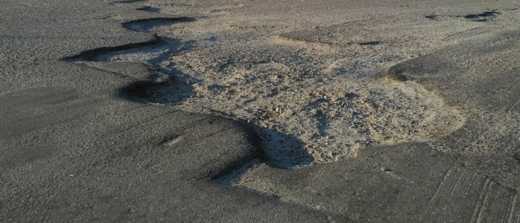 «Асфальт сняли и забыли про дорогу»: на въезде в Запорожье глубокие ямы пугают водителей (ФОТО)