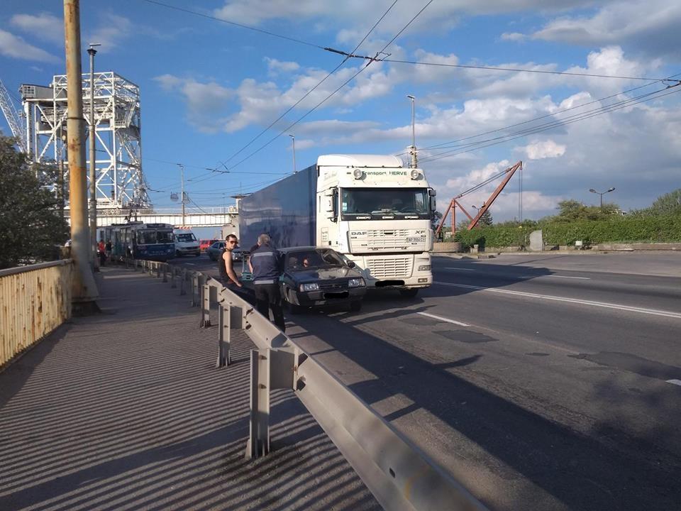 В Запорожье на плотине столкнулись легковушка и фура (ФОТО)