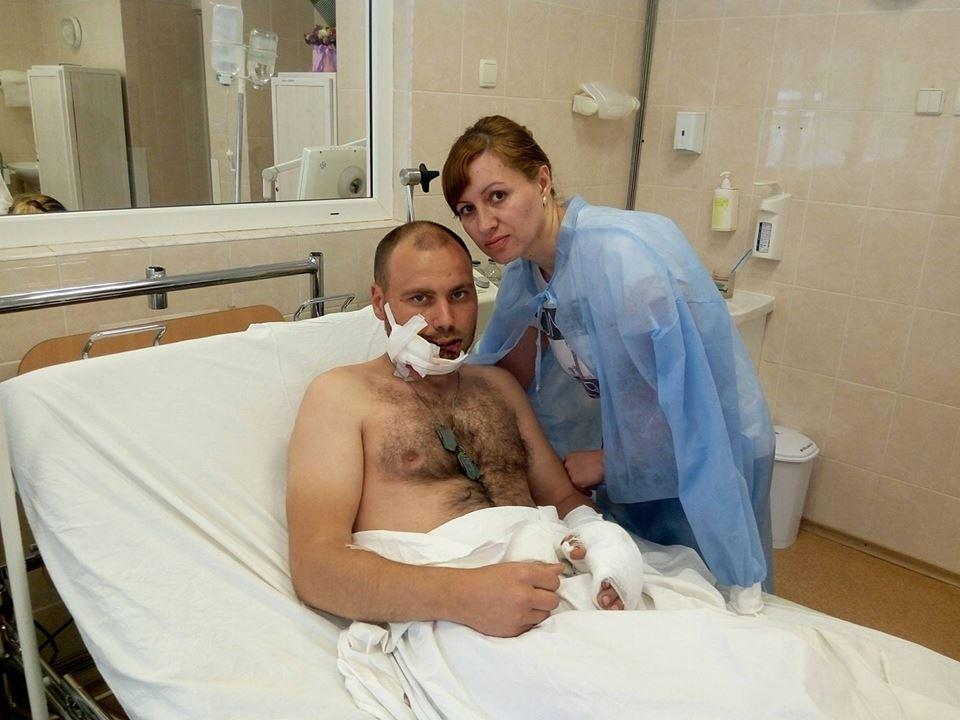 В Мечникова вертолетом доставили раненого запорожского бойца: впереди его ждет серьезная операция (ФОТО)