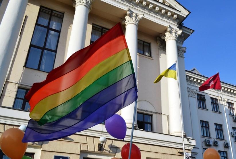 Взрыв возле горсовета: в Запорожье акция ЛГБТ-сообщества не прошла без провокаций (ФОТОРЕПОРТАЖ)