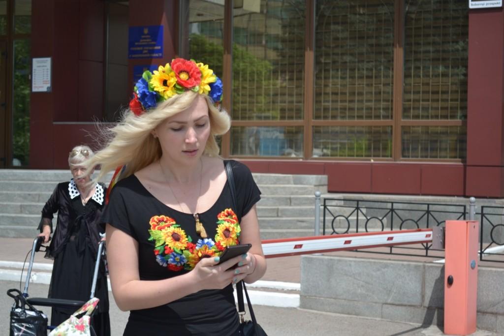 Много ли горожан в праздник надели вышиванки? Фоторепортаж с улиц Запорожья