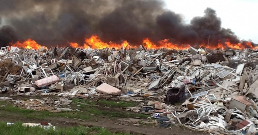 В Запоржской области пожар на стихийной свалке тушили более пяти часов
