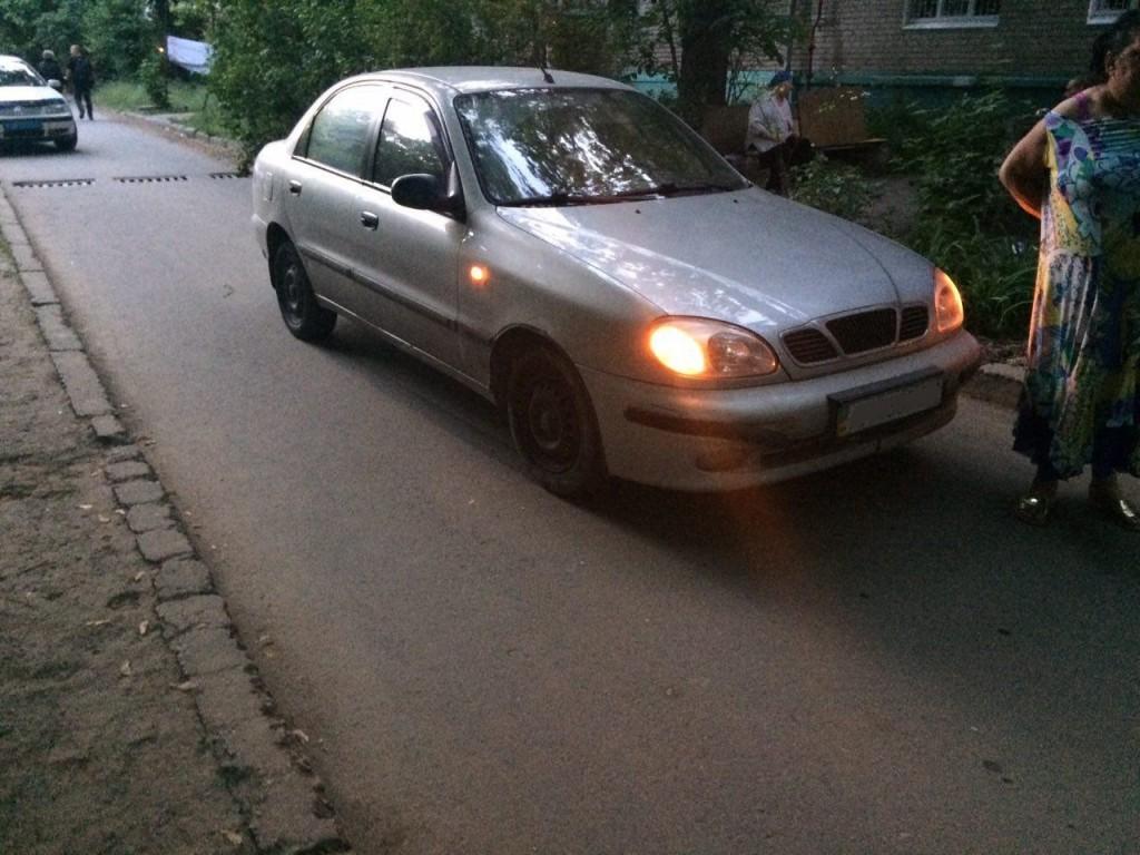 В Запорожье под колеса авто попал 5-летний малыш: ребенка забрала «скорая» (ФОТО)