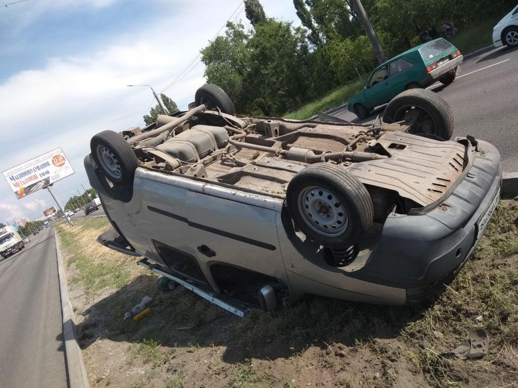 В Запорожье на Набережной магистрали перевернулось авто: пострадал ребенок (ФОТО)