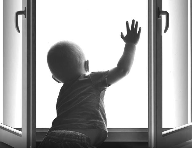 В Запорожье 5-летний ребенок выпал из окна: подробности