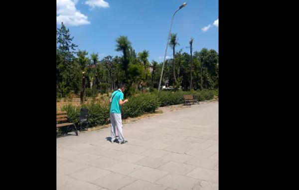 В сквере Яланского очевидцы засняли на видео, как «ширяется» наркоман