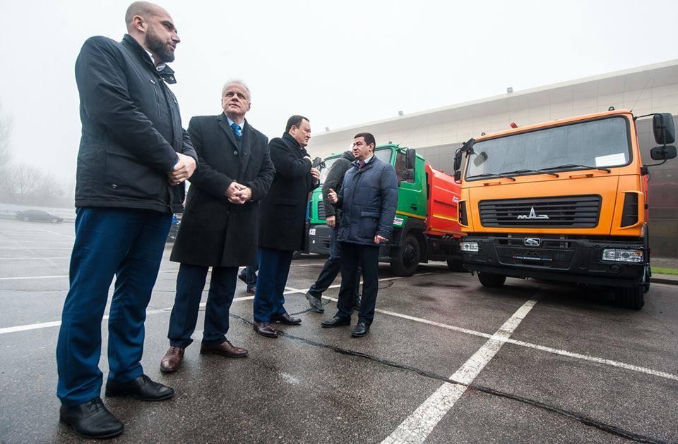Запорожские депутаты от БПП передали медикам грузовые авто вместо «скорых»
