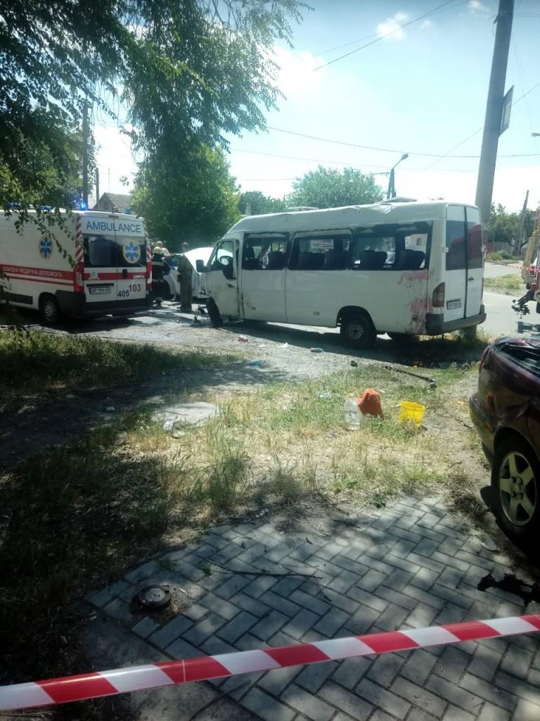 В Запорожье масштабное ДТП с маршруткой: много пострадавших (ФОТО)