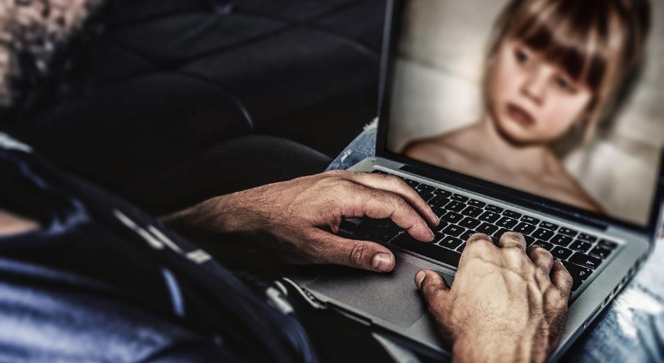 Под Запорожьем активисты уличили очередного педофила, который пытался от них сбежать (ФОТО, ВИДЕО 18+)
