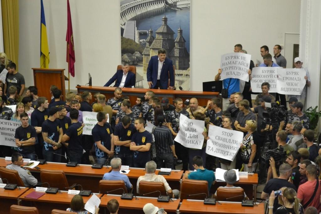 За/против ТРЦ и «Стоп бомжарий»: сессия горсовета Запорожья началась с митингов (ФОТОРЕПОРТАЖ)
