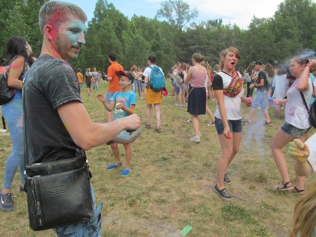 Цвета, которые сближают: запорожцы провели «Color day» в длительных объятиях (ФОТОРЕПОРТАЖ)