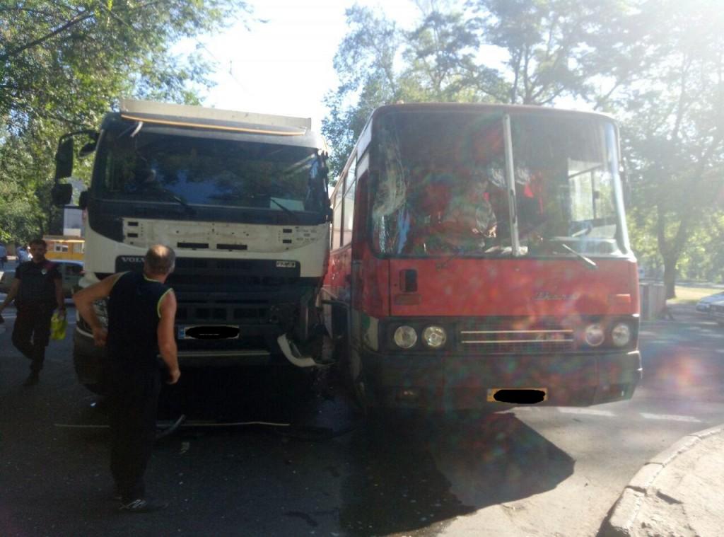 В Запорожье на перекрестке столкнулись самосвал и автобус (ФОТО)