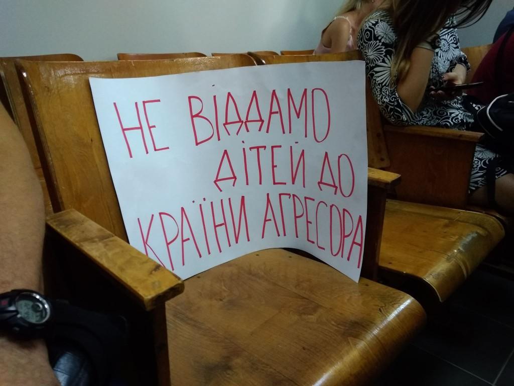 У запорожанки хотят забрать двух деток и увезти в Россию: что происходило в зале суда (ФОТО, ВИДЕО)