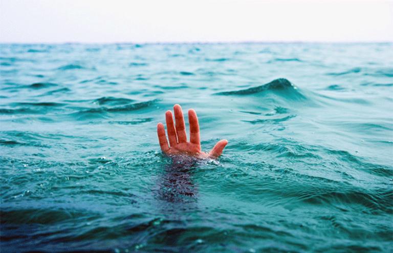 На запорожском курорте спасли обессиленную женщину, тонувшую в море