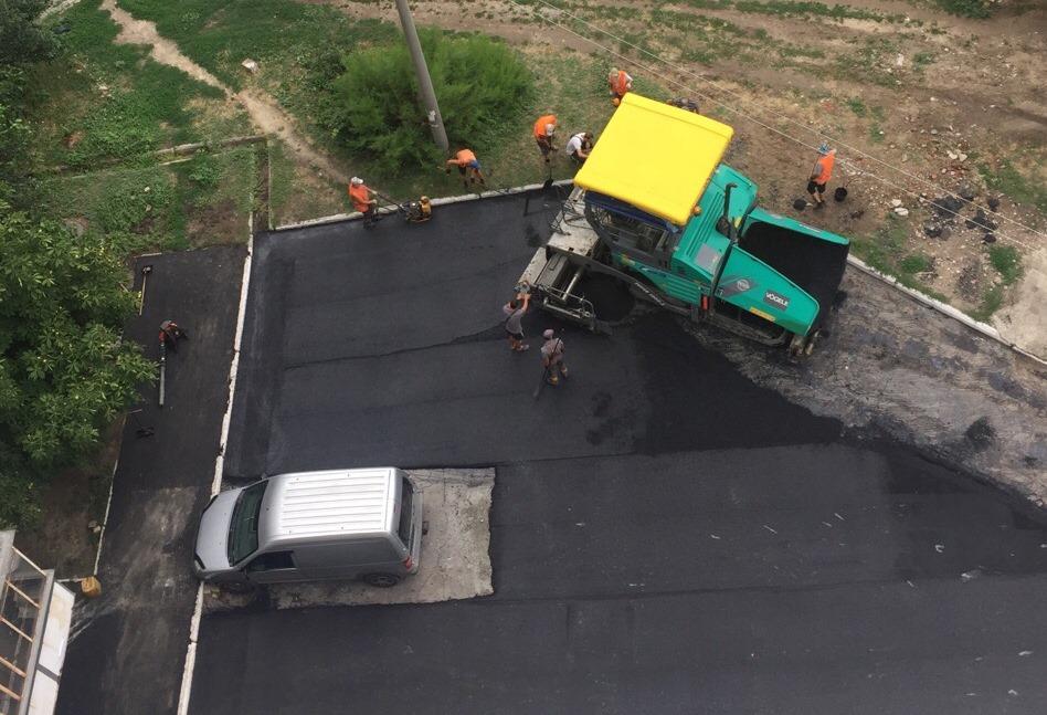 Курьез по-мелитопольски: рабочие заасфальтировали дорогу вокруг оставленного автомобиля (ФОТО)