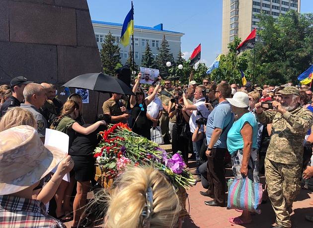 В Бердянске сотни людей пришли проститься с активистом Виталием Олешко (ФОТО, ВИДЕО)