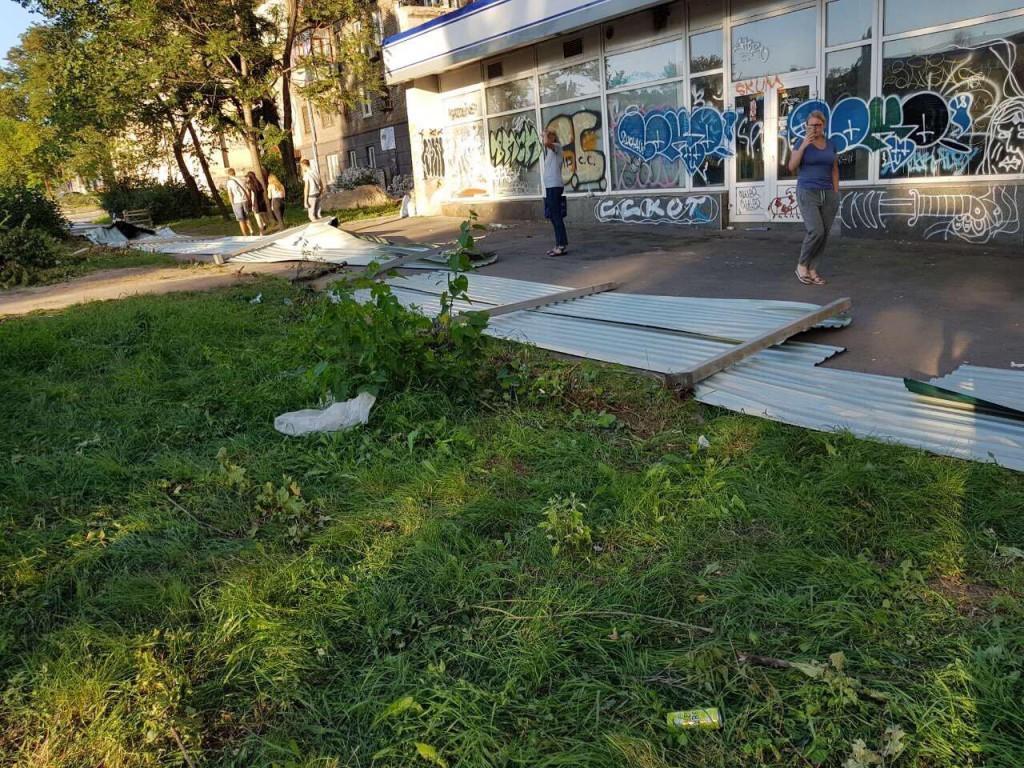 В центре Запорожья произошла потасовка: протестующие снесли забор у сквера Яланского (ФОТО, ВИДЕО)