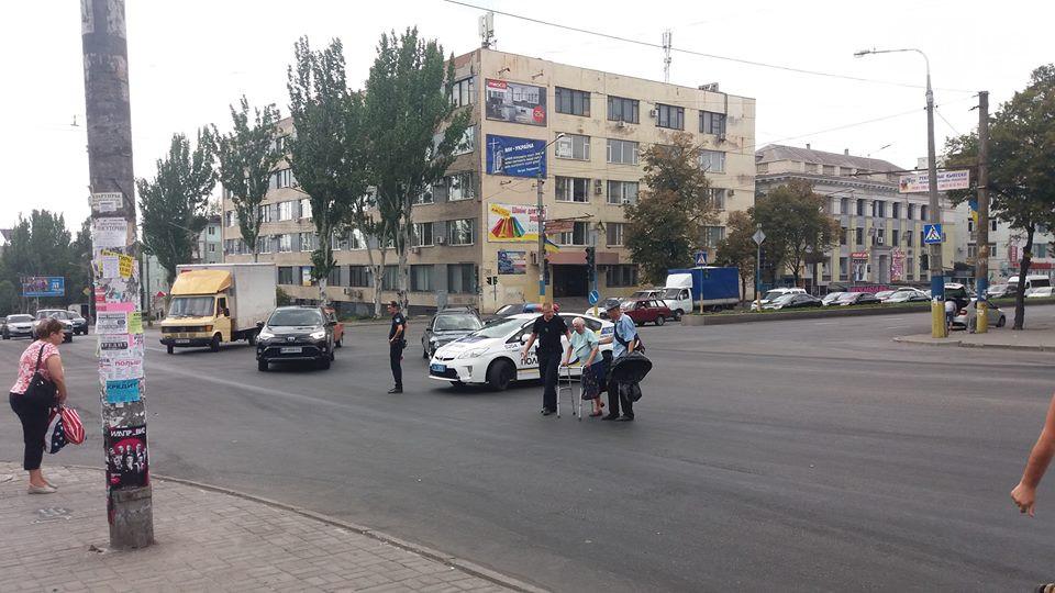 В Запорожье полисмены перекрыли проспект, чтобы помочь старушке перейти дорогу (ФОТО)