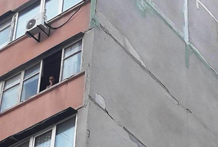 В Запорожье хладнокровно выбросили из окна 7 этажа маленькую собачку (ФОТО)