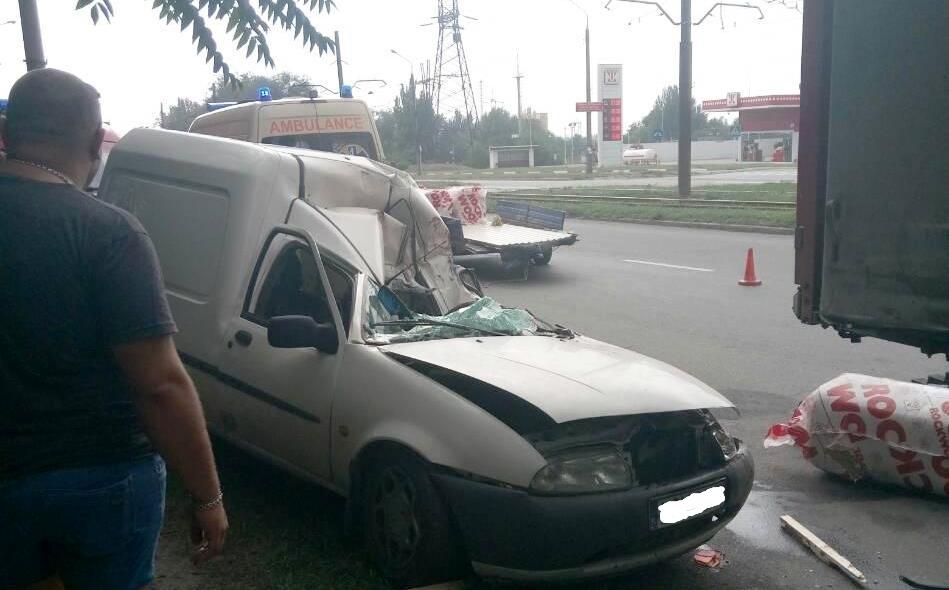 ДТП в Запорожье: водителя легковушки доставали спасатели с помощью специального оборудования (ФОТО)