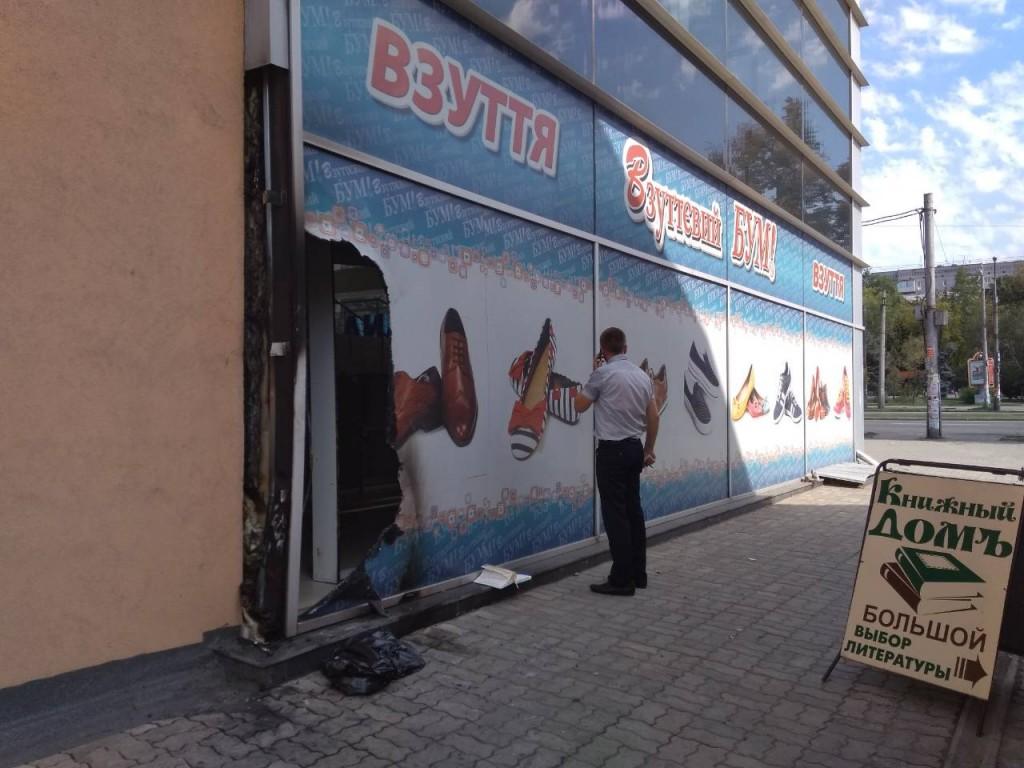 В центре Запорожья ночью подожгли магазин обуви: подробности, версии (ФОТО)