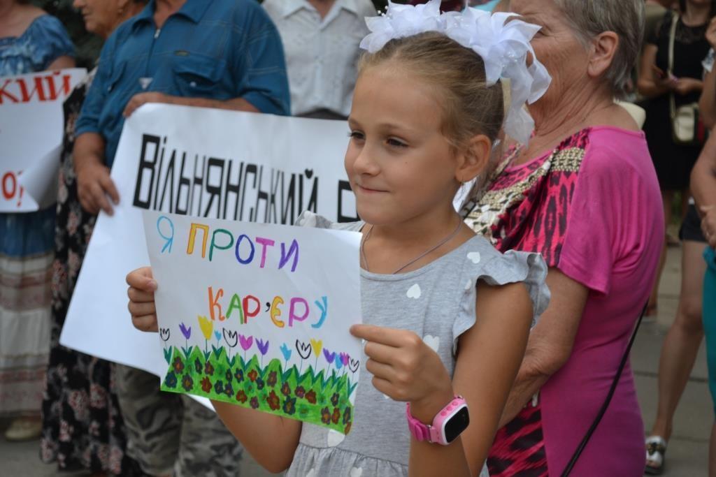 Опасное соседство: жители Вольнянска вышли на митинг против каолинового карьера (ФОТО)