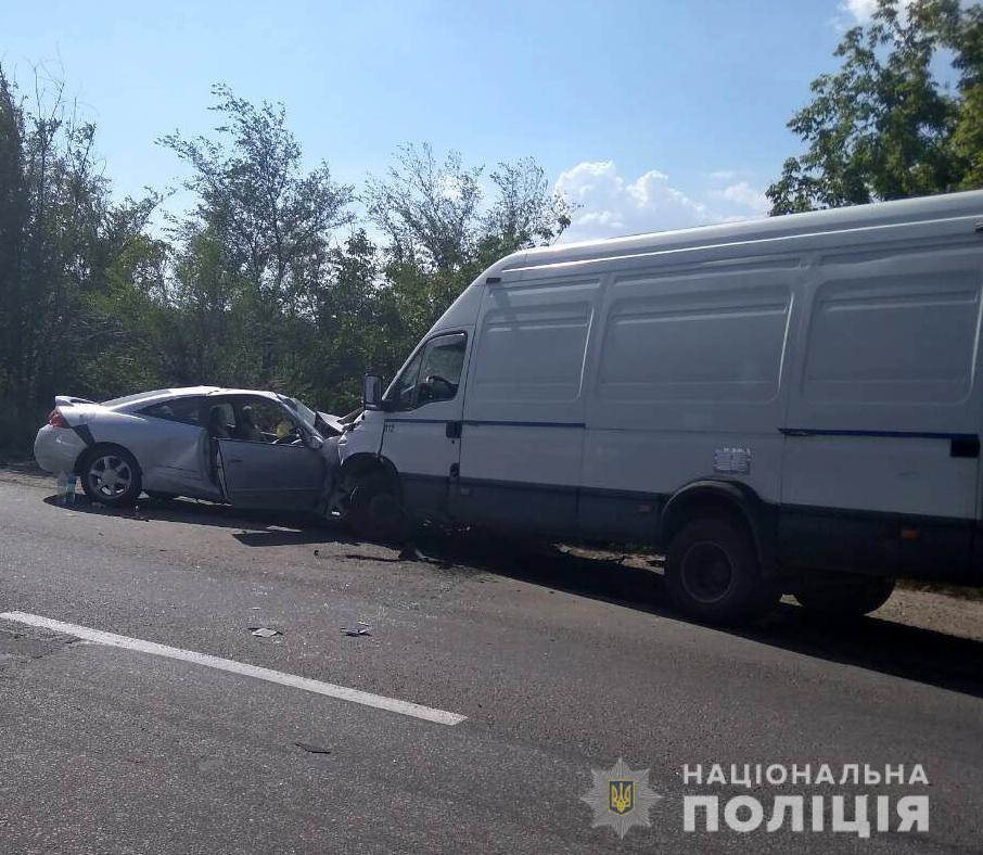 Появились подробности ДТП на запорожской  трассе: легковушка и микроавтобус столкнулись «лоб в лоб» (ФОТО)