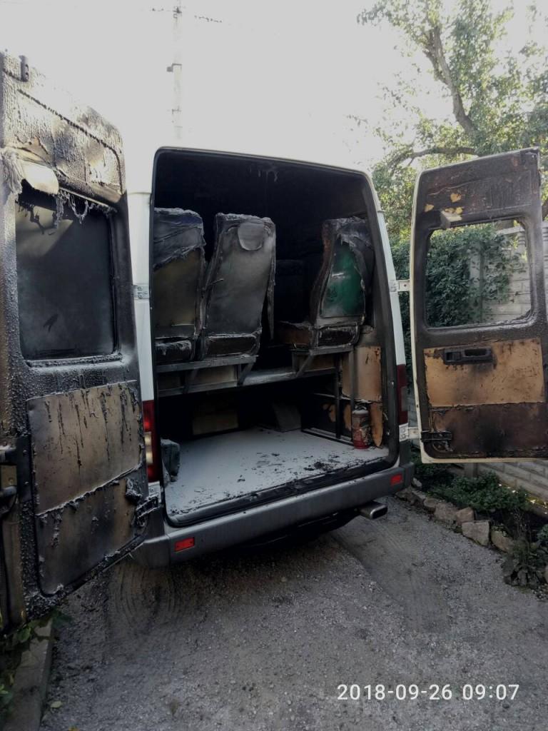 «Война» продолжается: в Запорожье на платной автостоянке подожгли еще одну маршрутку «БасТур» (ФОТО)