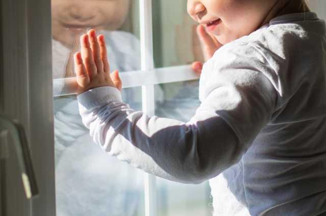 В Запорожье из окна многоэтажки выпал 4-летний ребенок, который был под присмотром сестры-подростка