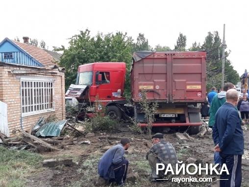 В Запорожской области фура протаранила забор частного дома (ФОТО)