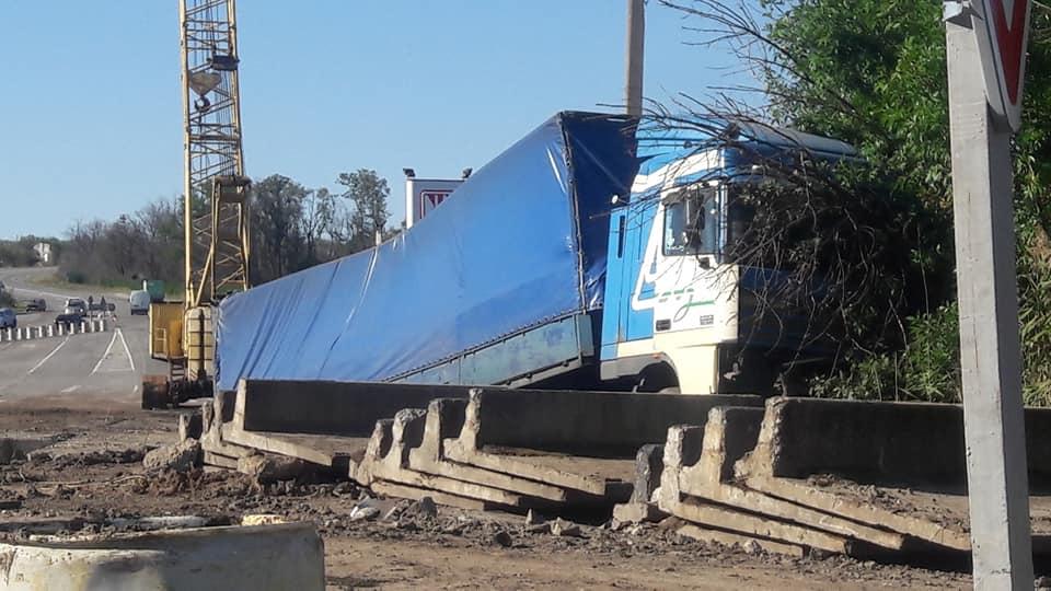На трассе «Харьков-Симферополь» грузовой автомобиль въехал в бетонное ограждение (ФОТО)