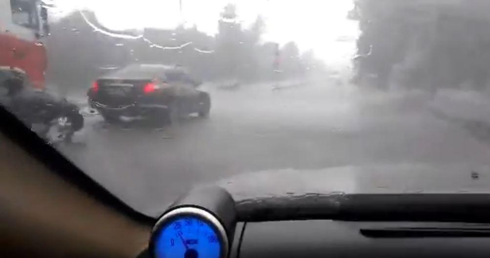 В Запорожье сильный ливень превратил улицы в реки: затопило маршрутку с пассажирами (ВИДЕО)