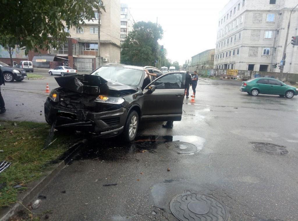 В Запорожье произошло ДТП: водитель джипа проехал на «красный» (ВИДЕО)
